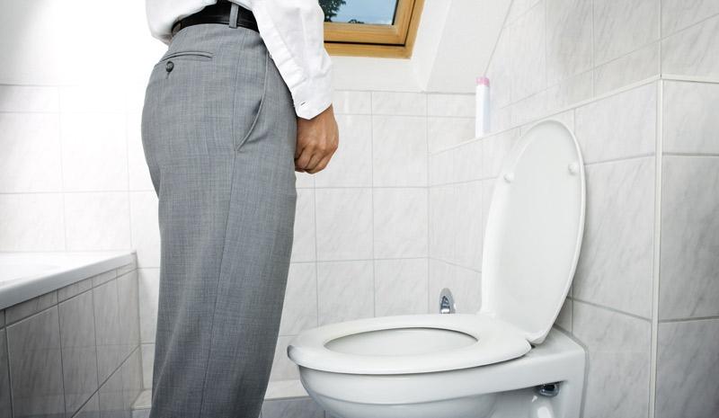 мужики в туалете очень
